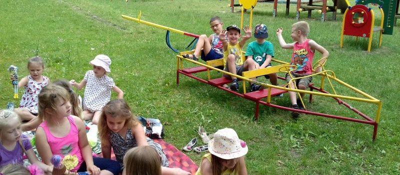 Sześciolatki z grupy IX w przedszkolnym ogrodzie