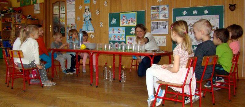 Z butelką wody na różne sposoby