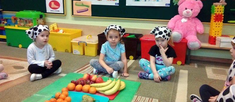 Pyszna i zdrowa sałatka owocowa w grupie VI
