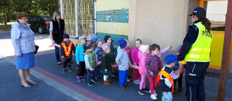 Trzylatki poznają bezpieczną drogę do przedszkola