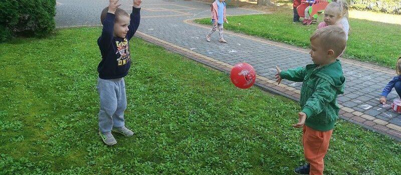 Zabawy w ogrodzie przedszkolnym grupy I