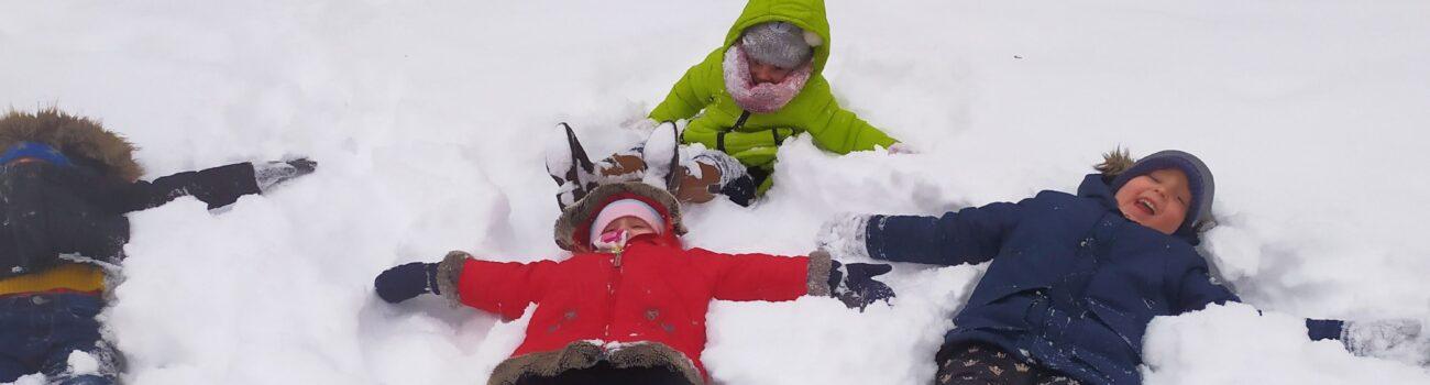 Zimowe zabawy na śniegu- grupa trzecia